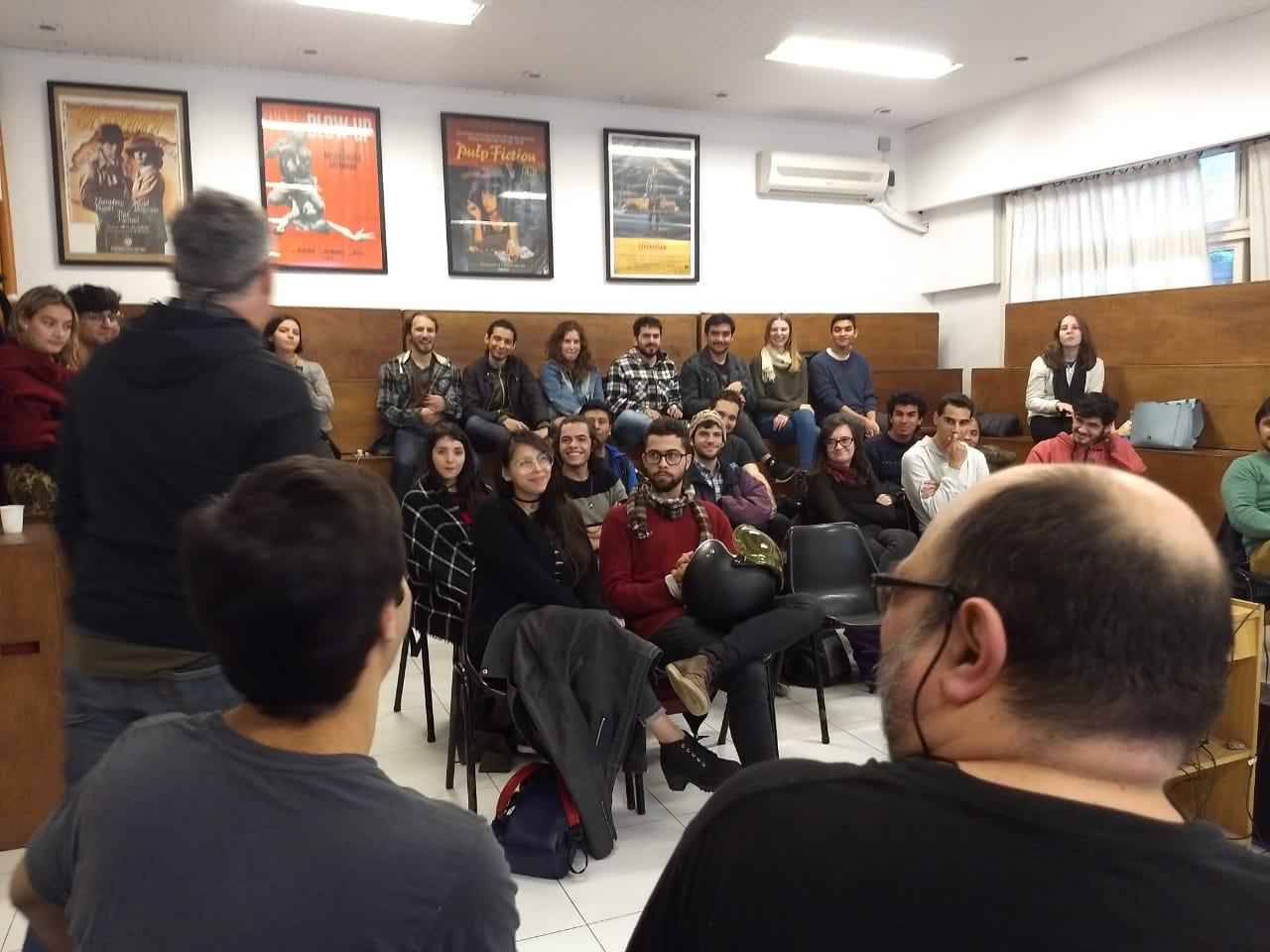 Egresados presentan sus películas en la escuela